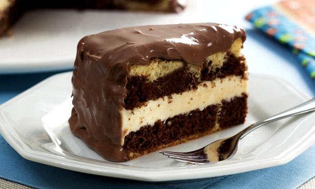 Bolo mesclado de chocolate e maracujá