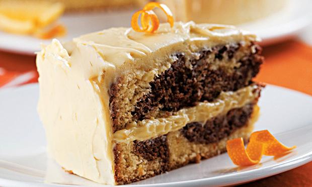 Bolo mesclado de laranja e chocolate