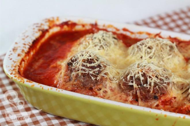 Almôndega gratinada com purê de batata