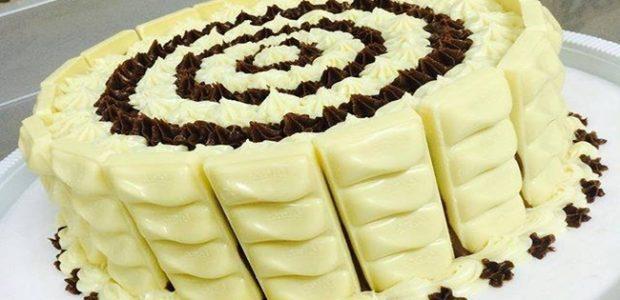 Bolo de chocolate branco com recheio de coco