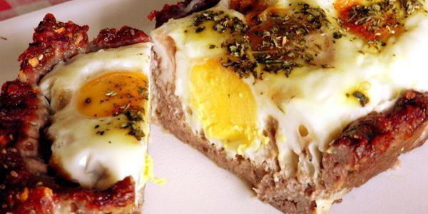 Torta de carne moída com ovos