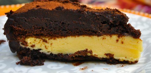 Bolo gelado de chocolate com recheio de mousse de maracujá