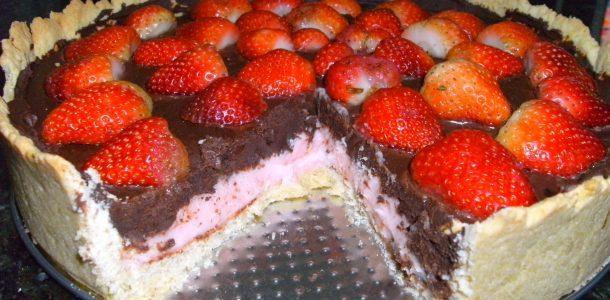 Torta trufada de chocolate e morango