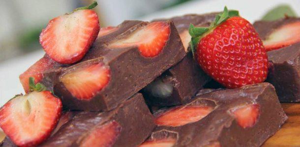 Fudge de chocolate e morango