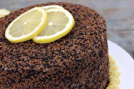 Bolo de chocolate com recheio de brigadeiro de limão